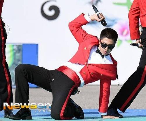 Tuy nhiên, trong lúc say sưa biểu diễn, Yunho không biết rằng mình đang gặp sự cố rách đũng quần. Khi thể hiện các động tác vũ đạo, người hâm mộ nhận ra vết rách nhỏ ở vị trí nhạy cảm.