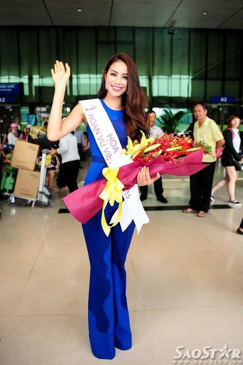 Phạm Hương thân thiện vẫy tay chào người hâm mộ.