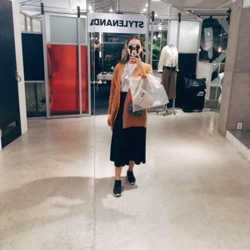 Sau khi rong ruổi chán chê trên mọi nẻo đường, hotgirl Hà thành tranh thủ đi tham quan trung tâm thương mại shopping.