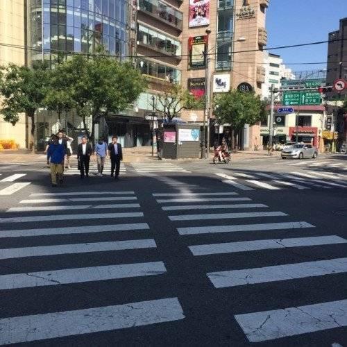 Tạm biệt tháp Nam San, Hà Lade lang thang qua đường phố Hàn Quốc.