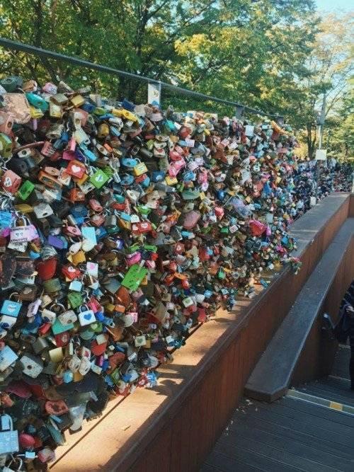 Ổ khóa tình yêu không còn xa lạ với nhiều nước trên thế giới. Tuy nhiên, ở tại tháp Nam San (Hàn Quốc), ổ khóa nơi đây dày đặc cả 4 hướng.