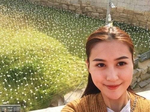 """Hà Lade cũng kịp theo trào lưu """"Tôi thấy hoa vàng trên cỏ xanh"""" tại một khu vườn Hàn Quốc. Hot VTeen 2009 còn đùa rằng, hoa này trắng chứ không vàng."""