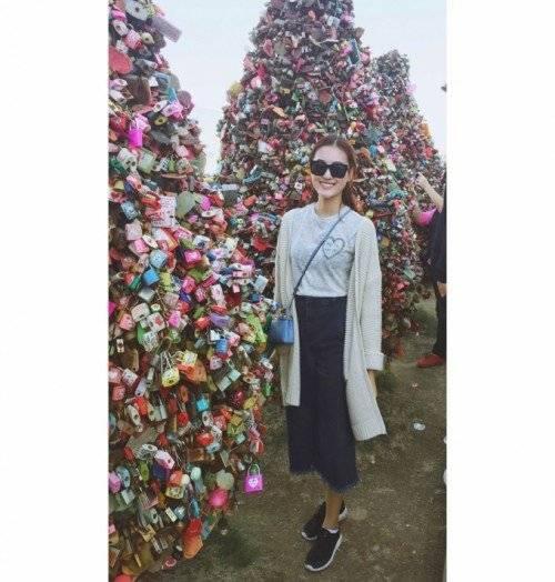 Điều thú bị ở Nam San, ổ khóa tình yêu không chỉ được gắn lên thành cầu mà còn được trang trí thành những cây thông to lớn. Hà Lade cho biết, cô đã phải mất vài giây ngẩn ngơ trước những cây thông ổ khóa này.