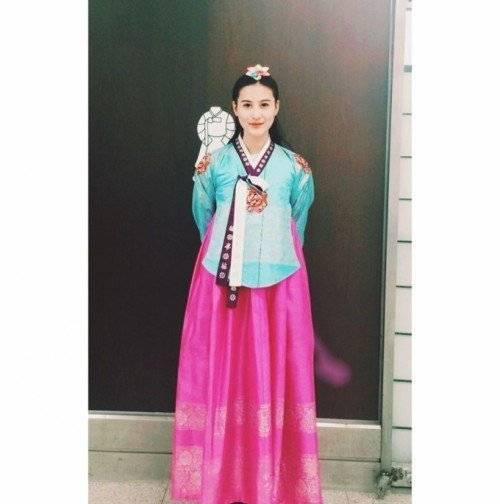 Dịu dàng và nữ tính trong trang phục Hanbook của Hàn Quốc, Hà Lade bật mí, cô rất thích không khí tại Hàn, trời mát dịu và trong xanh.