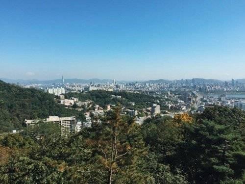 Đứng tại tháp, có thể phóng tầm nhìn toàn cảnh Seoul. Hà Lade hy vọng mình có dịp sẽ trở lại địa danh này để ghi dấu tình yêu của mình.