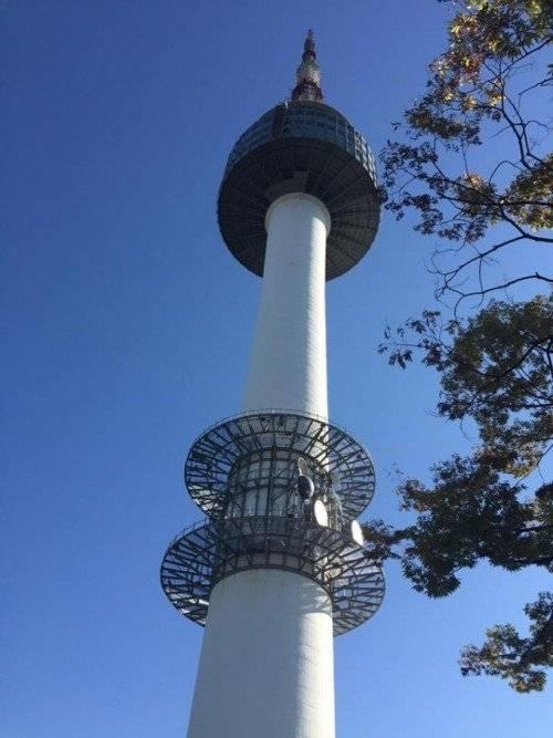 Tháp Nam San nổi tiếng, là địa điểm thu hút rất đông khách du lịch, và là niềm tự hào của người dân Hàn Quốc.
