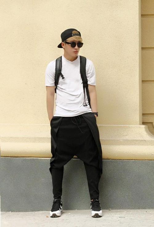 Stylist Nguyễn Tuấn Kiệt mặc thiết kế quần ninja của Thanh Hoàng.