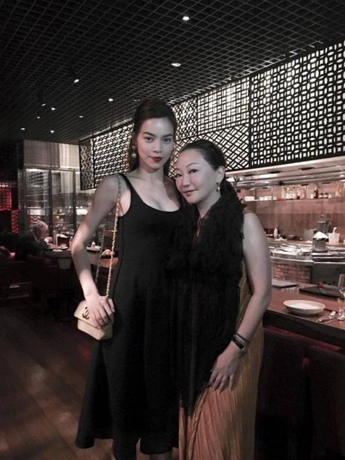 Trong một buổi gặp gỡ đối tác kinh doanh mới đây, nữ ca sĩ Hồ Ngọc Hà diện một chiếc váy xòe hai dây màu đen đơn giản nhưng vẫn cực kì cuốn hút.