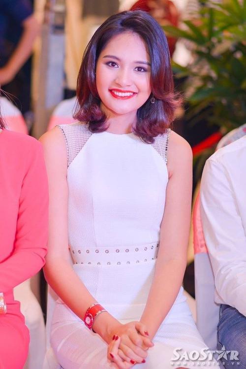 Hương Giang trẻ trung với tóc ngắn.