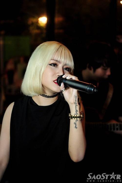 Cựu thí sinh Vietnam Idol hát thêm bài hát Don't Leave Me Alone.