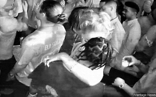 Rihanna ôm hôn bạn trai tin đồn Travis Scott trong hộp đêm tối 5/10.
