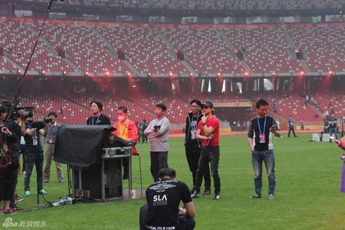 Uông Phong - chồng Chương Tử Di (áo đỏ) có mặt theo dõi sát sao buổi tổng duyệt.