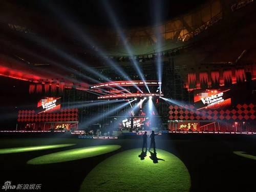 Tối 7/10, đêm chung kết The Voice Trung Quốc 2015 chính thức tổ chức tại sân vận động Tổ Chim (Bắc Kinh). Đài Chiết Giang - đơn vị tổ chức chương trình đã chuẩn bị kỹ càng cho đêm chung kết. Trong buổi tổng duyệt, Sina cho biết hệ thống ánh sáng được lắp đặt hàng cao cấp.