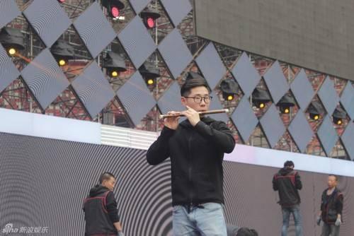 Giang Nguyên Đông trổ tài thổi sáo.