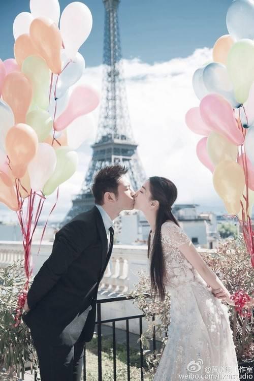 Sáng 8/10, Angela Baby và Huỳnh Hiểu Minh công khai bộ ảnh cưới thực hiện tại Pháp vào tháng 5. Cô dâu và chú rể hôn nhau tình tứ.
