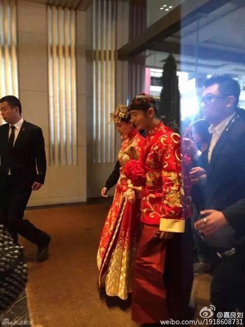 Cô dâu - chú rể chuẩn bị bước vào lễ đường.