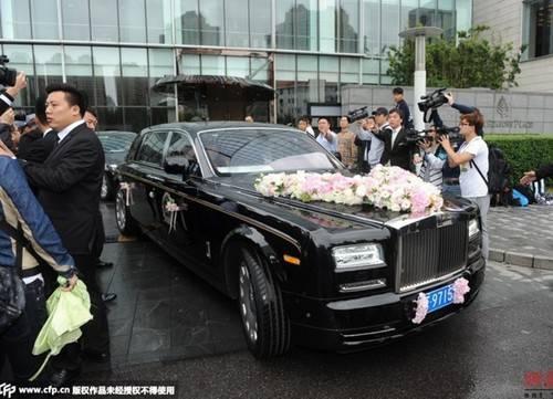 Xe rước dâu sang trọng của cặp sao nổi tiếng.