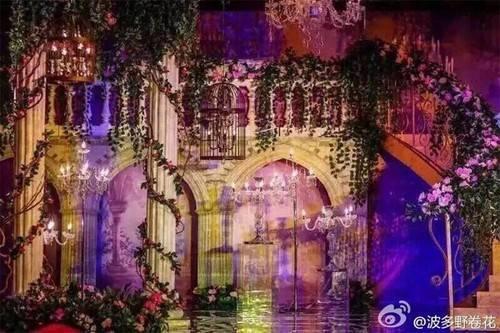 Phía bên trong Trung tâm triển lãm quốc tế Thượng Hải - nơi tổ chức lễ cưới được trang hoàng lộng lẫy như lâu đài.