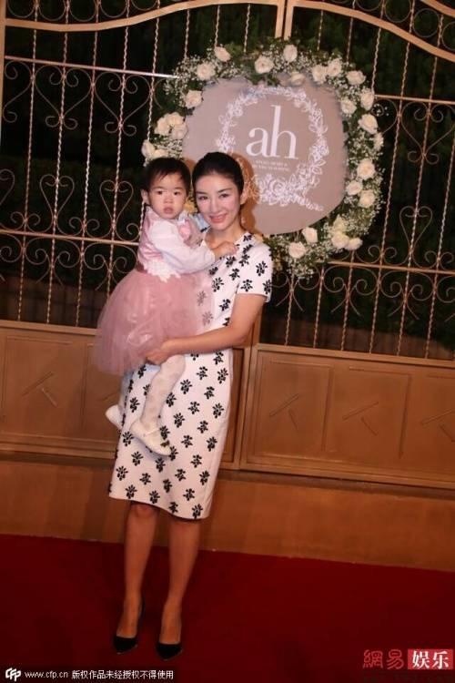 Mẹ con Huỳnh Dịch.