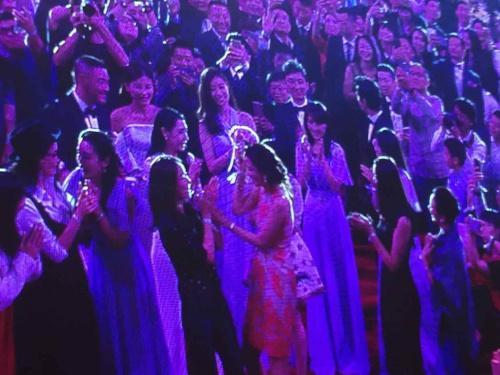 """Lâm Chí Linh nhận được hoa cưới. Huỳnh Hiểu Minh nhắn nhủ: """"Đã lâu rồi, cô ấy vẫn chưa có chồng. Chúng tôi muốn tặng hoa cưới cho cô""""."""