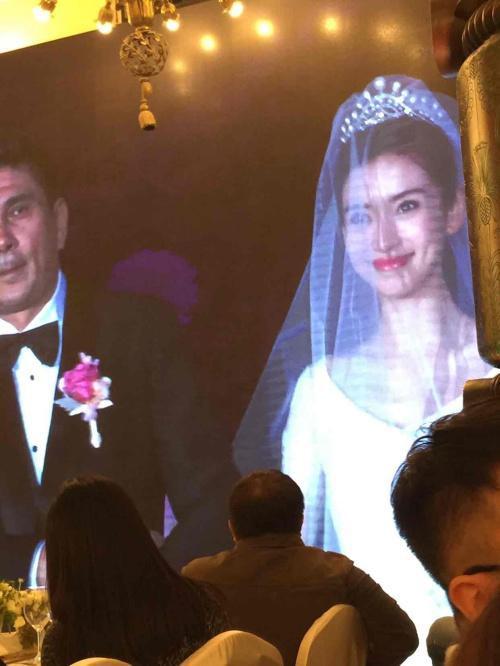 Angela Baby được cha đưa vào hội trường. Cô dâu xinh đẹp như nàng công chúa.