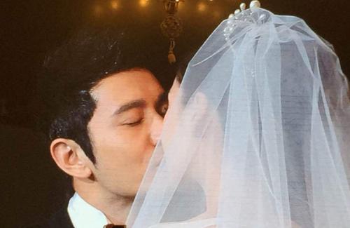 Nụ hôn ngọt ngào của cô dâu và chú rể.