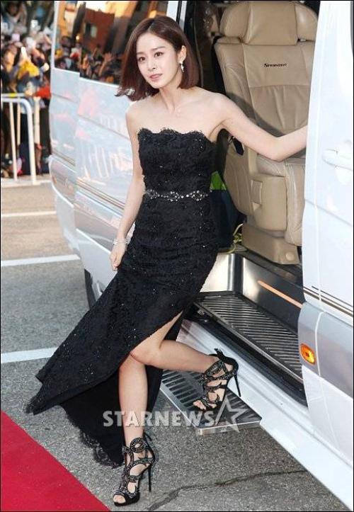 Tối 9/10 theo giờ địa phương, Kim Tae Hee đến dự giải thưởng Phim truyền hình Hàn Quốc 2015 (Korea Drama Awards) tổ chức tại Trung tâm Văn hóa Nghệ thuật Daegongyeonjang. Sự kiện quy tụ các diễn viên, đạo diễn, nhà sản xuất của làng phim Hàn. Tại đây, kiều nữ có bộ phim Yong Pal vừa kết thúc phát sóng cách đây vài ngày.