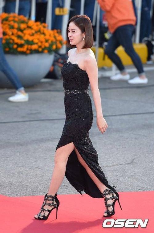 Người đẹp xuất hiện với bộ đầm ren, khoe vai trần gợi cảm, phần váy xẻ tà cũng tăng thêm sự gợi cảm. Bộ váy cũng cho thấy Kim Tae Hee mảnh mai hơn nhiều do sụt cân khi đóng Yong Pal.