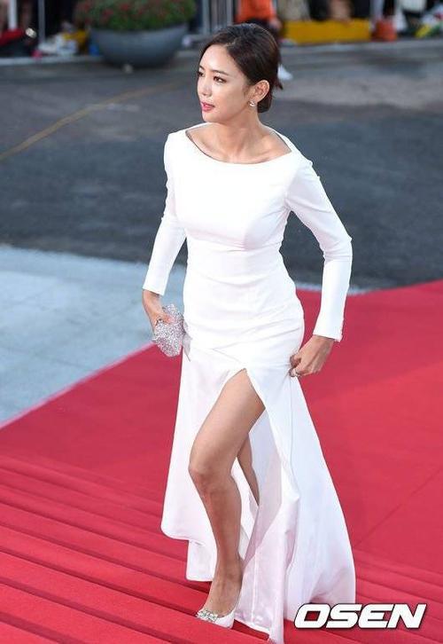 Nữ diễn viên Lee Tae Im thanh lịch trong bộ đầm trắng.