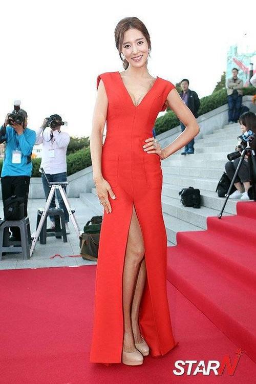 Wang Bit Na nổi bật trong bộ váy đỏ tươi tắn.