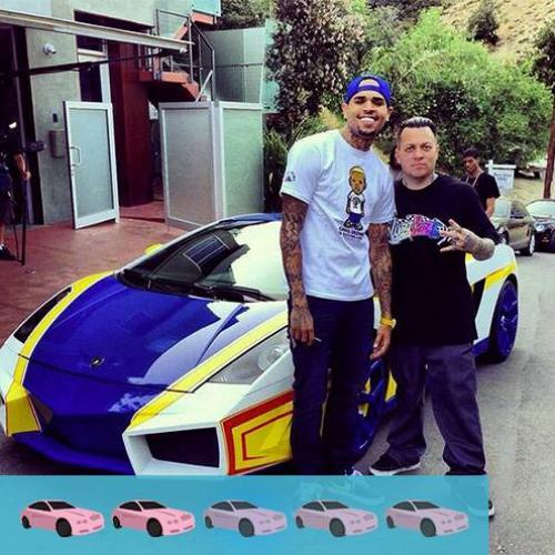 Xế hộp hiệu Lamborghini Gallardo của nam ca sĩ Chris Brown từng bị chê là đồ chơi trẻ con vì 3 màu sắc xanh - trắng - vàng sặc sỡ. Màu sơn được lấy cảm hứng từ video game của thập niên 80, Chris đặt tên cho chiếc ô tô này là El Toro.