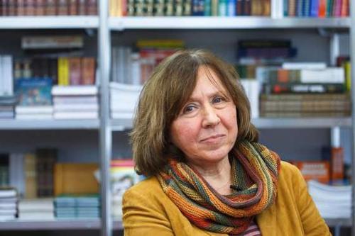 """Giải Nobel Văn học năm 2015 được trao cho nữ nhà văn người Belarus Svetlana Alexievich, 67 tuổi, """"để tôn vinh những dòng văn phức điệu của bà. Văn của bà là tượng đài tri ân sự đau khổ và lòng dũng cảm trong thời đại chúng ta. Những dòng văn phi thường giúp nhân loại hiểu biết sâu sắc hơn về cả một thời đại của thế giới - thời đại Liên bang Xô Viết"""". Bà được biết đến với những tác phẩm (tạm dịch) như """"Chiến tranh không có gương mặt phụ nữ"""", """"Những cậu bé kẽm""""..."""