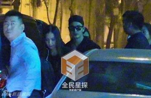 Huỳnh Hiểu Minh đeo kính và đội mũ khi xuất hiện bên ngoài. Anh không né tránh ống kính ký giả.