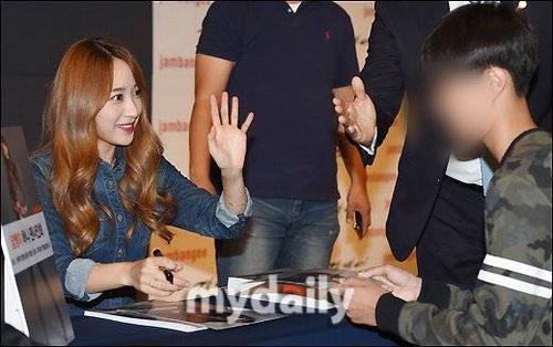 Nữ ca sĩ tặng chữ ký cho người hâm mộ trong sự kiện. Gương mặt xinh xắn và tính cách hồn nhiên, ngây thơ cũng là điểm cộng của Hani.