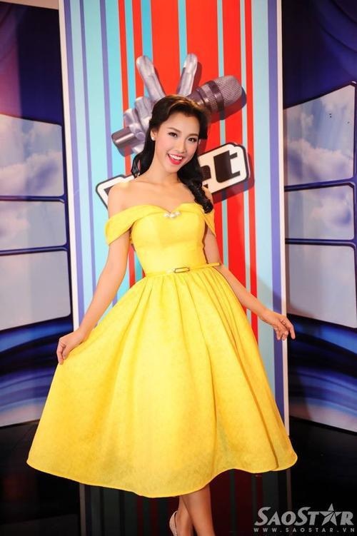 Cô tự tin khoe dáng chuẩn trong chiếc đầm màu vàng nổi bật.