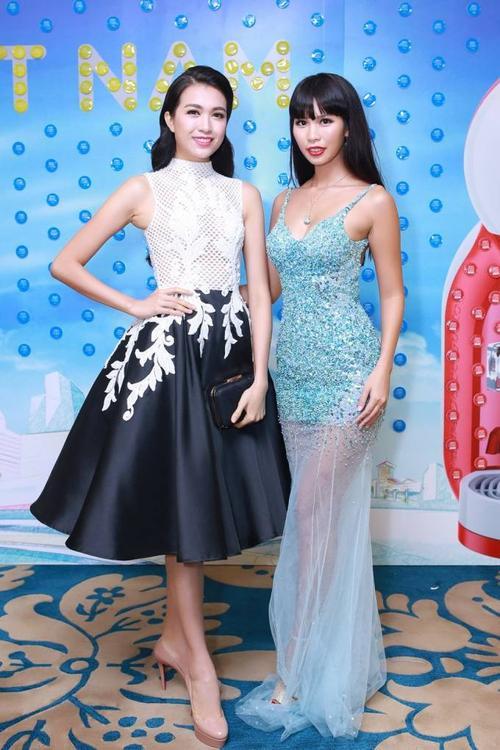 Cô chụp ảnh lưu niệm cùng á hậu Lệ Hằng. Sau cuộc thi Hoa hậu Hoàn vũ Việt Nam 2015, Lệ Hằng tích cực góp mặt trong nhiều sự kiện của làng giải trí.