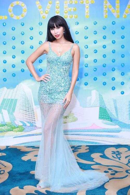 Nếu Diễm My lựa chọn trang phục tông đỏ, thì siêu mẫu Hà Anh lại khoe đôi chân dài trong chiếc váy đuôi cá tông xanh. Siêu mẫu sinh năm 1982 luôn biết cách để lại ấn tượng cho người đối diện mỗi lần xuất hiện. Cả Diễm My và Hà Anh đều chọn những chiếc đầm hở vai được thiết kế ấn tượng để làm nổi bật lên vẻ đẹp cơ thể của người phụ nữ.