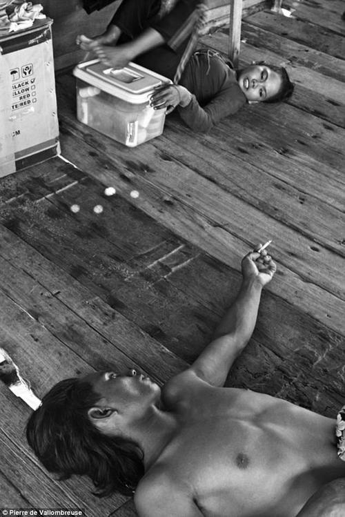 Một người đàn ông nằm hút thuốc nói chuyện vui vẻ với một cô gái Badjo. Ở đây, mọi người đều bình đẳng với nhau không kém xã hội phát triển nào ở phương Tây.