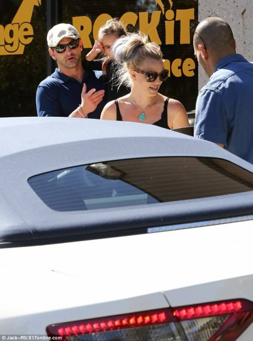 Britney ra phố hôm 10/10.
