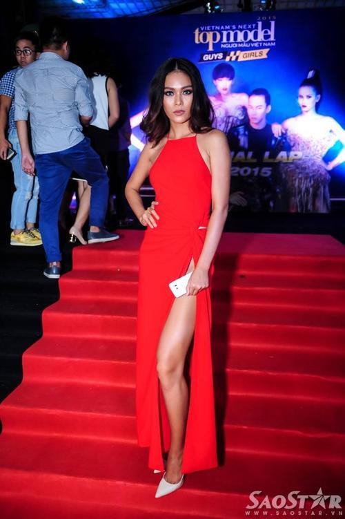 Quán quân Vietnam Next Top Model 2013 Mâu Thanh Thủy gợi cảm với váy xẻ tà sâu.