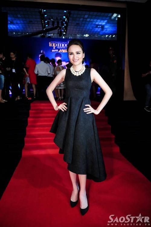Hoa hậu Diễm Hương với chiếc váy đen bất đối xứng.