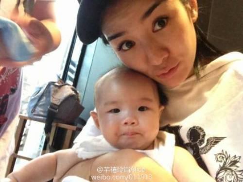 Con gái Huỳnh Dịch có vẻ ngoài không xinh. Ngay cả bố em bé cũng thốt lên lời chê con và nghi vấn vợ cũ thẩm mỹ.