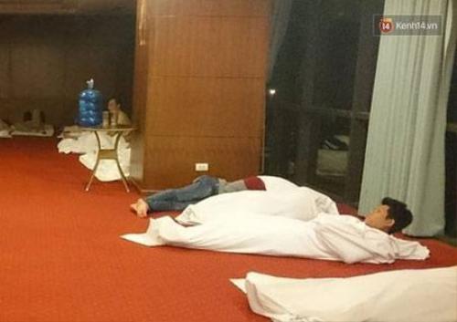 Do mệt mỏi, nhiều người ngủ thiếp đi.
