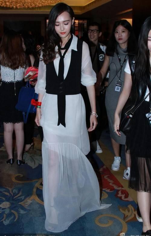 """Tuy nhiên, Đường Yên gặp không ít chỉ trích vì diễn xuất nhạt nhòa. Truyền thông cho rằng, cô là """"bình hoa di động"""" của showbiz Hoa ngữ."""