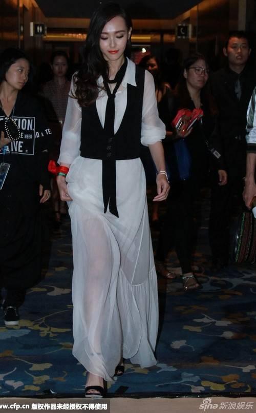 Trong sự kiện mới, Đường Yên cho thấy cô sở hữu làn da trắng tinh không tì vết, gương mặt thanh tú.