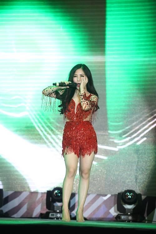 """Trong chương trình, nữ ca sĩ thể hiện hàng loạt ca khúc nhạc dance sôi động khoe vũ đạo """"nóng bỏng""""."""