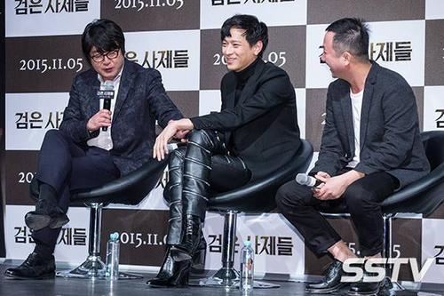 """Anh bị đàn anh Kim Yoon Suk trêu chọc: """"Chiều cao của tôi là 1,78m, còn Kang Dong Won cao 1,86m nhưng đi giày cao gót 8cm nên cậu ấy giờ đang cao tới 1,94m"""" khiến những người tham dự họp báo phải bật cười."""