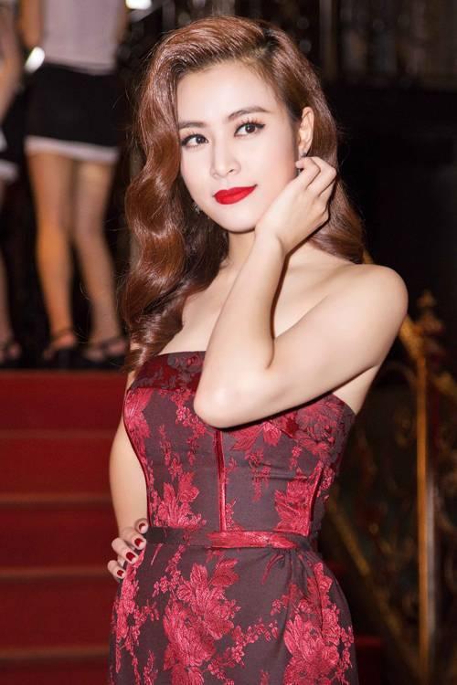 Hoàng Thùy Linh xinh đẹp nổi bật với cách trang điểm màu mắt đậm được chuốt mascara mảnh cùng son lì màu cam đỏ quyễn rũ.