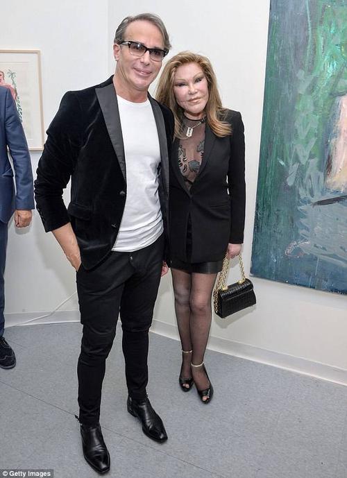 Cuối tuần qua, nhà hoạt động xã hội Jocelyn Wildenstein và bạn trai là nhà thiết kế thời trang Lloyd Klein đến dự buổi triển lãm nghệ thuật Chimeras của nghệ sĩ Jean-Yves Klein tại Gallery Molly Krom ở New York. Đây là lần hiếm hoi cặp đôi xuất hiện ở nơi công cộng trong nhiều năm hẹn hò.