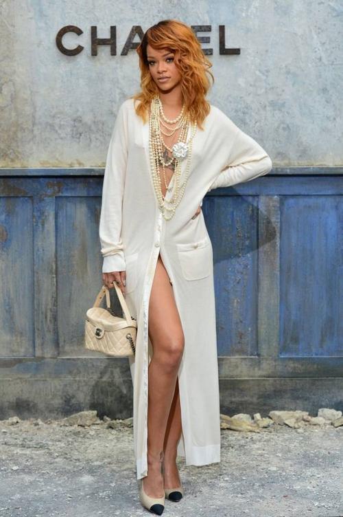 """Nữ ca sĩ phóng khoáng thiết kễ váy sơ mi """"hững hờ"""" của thương hiệu Chanel khi tham dự show diễn của thương hiệu này trong khuôn khổ Paris Couture Week 2013"""